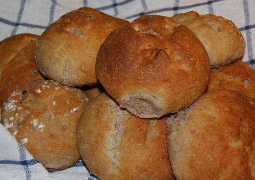 Grove rundstykker med kefir og nøtter