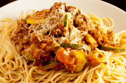 Spaghetti med grønsakssaus og elgdeig