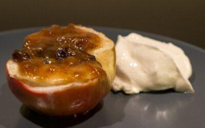 Bakt eple med kokoskaramell og ingefær