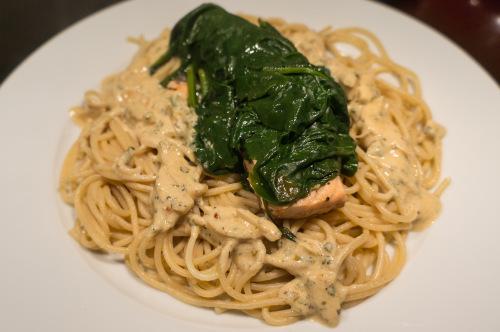 Laks med spinat og pasta