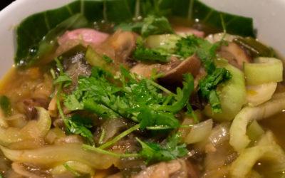 Vietnamesisk svinesuppe med nudler